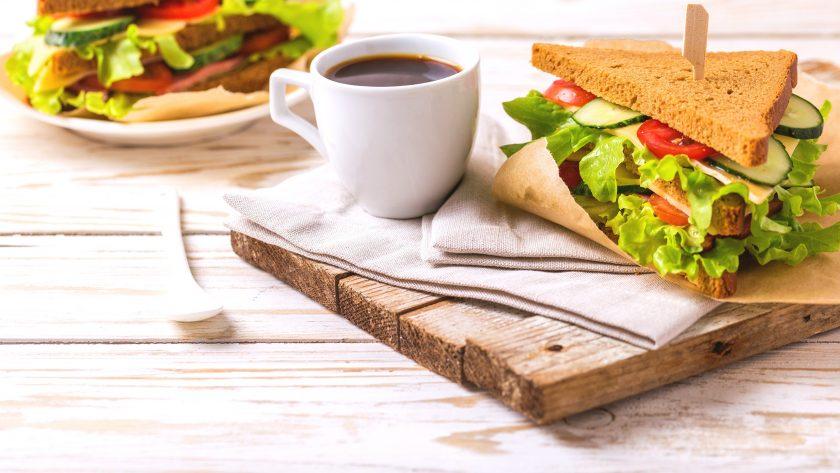 Taza de café y sándwich
