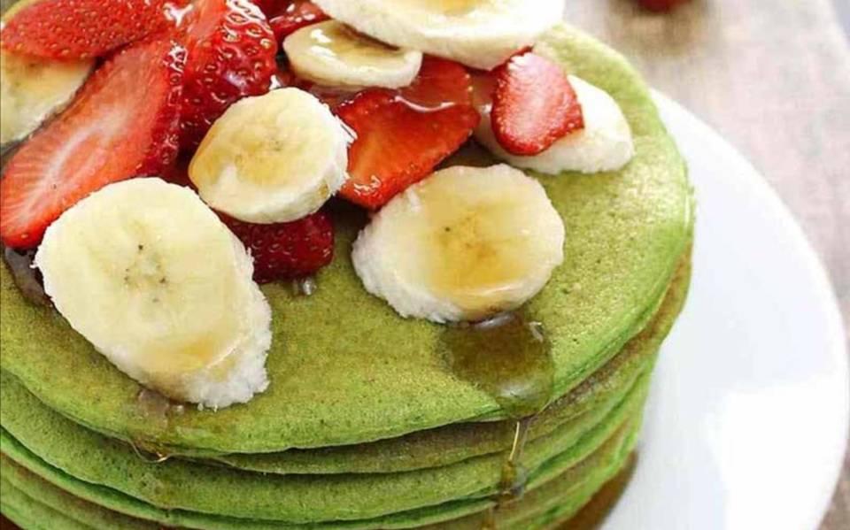 Hot cakes verdes con fruta