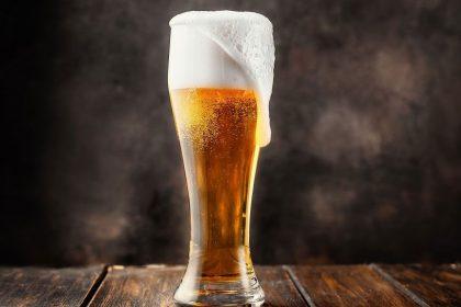 cerveza con espuma en vaso