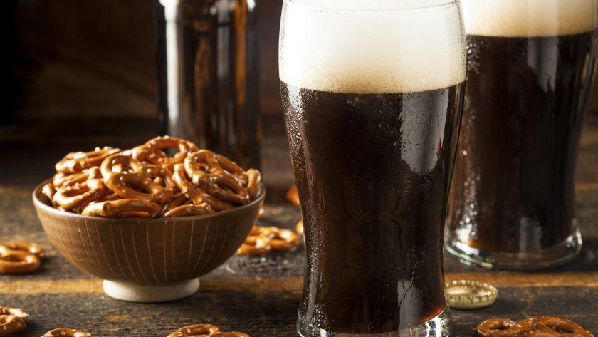 vaso de cerveza obscura con pretzels