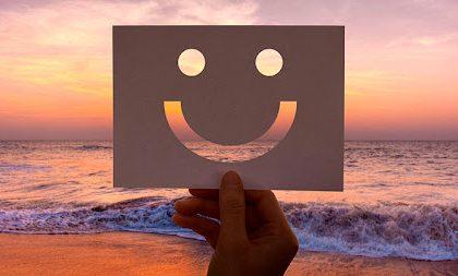 Cara feliz en un papel