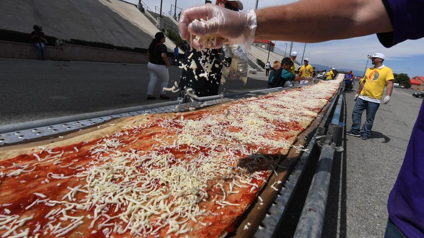 Preparación pizza más larga del mundo
