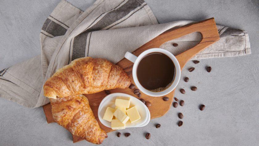 desayuno con crossants café y queso