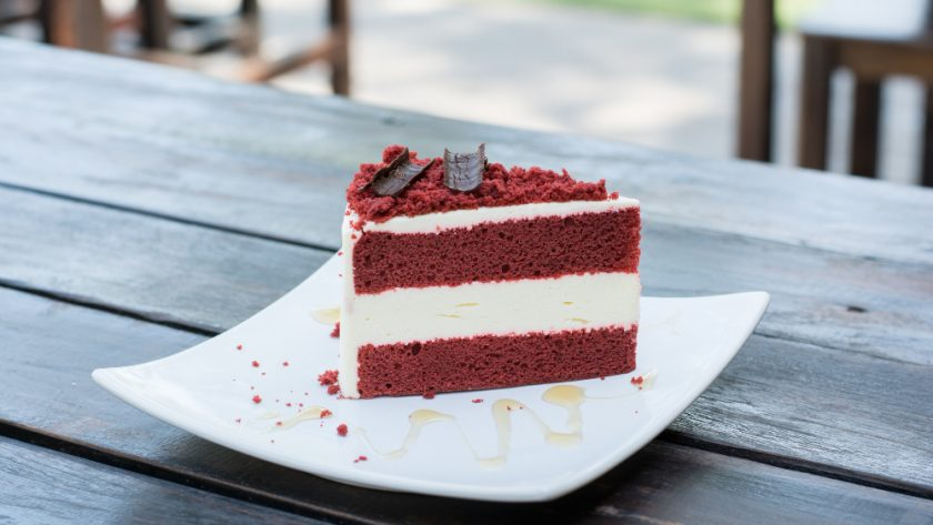plato con pastel red velvet